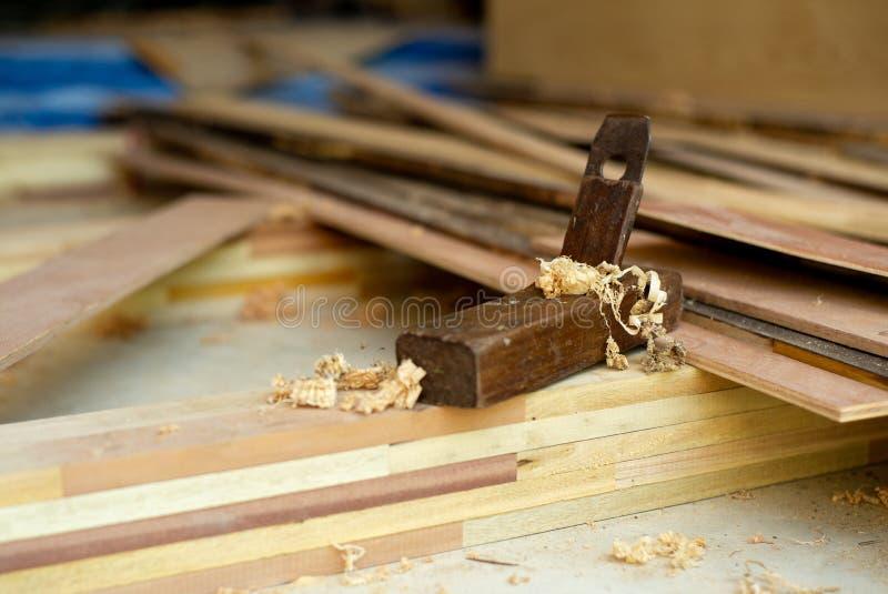 Εκλεκτική εστίαση κινηματογραφήσεων σε πρώτο πλάνο εκλεκτής ποιότητας ξύλινο sharpener του ξυλουργού για το τρίψιμο του ξύλου Το  στοκ εικόνες