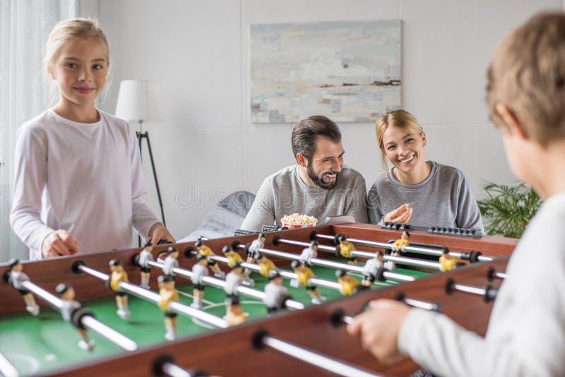 εκλεκτική εστίαση ποδοσφαίρου οικογενειακών του παίζοντας πινάκων χαμόγελου από κοινού στοκ φωτογραφίες