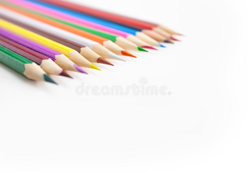 Εκλεκτική εστίαση στις άκρες των μολυβιών χρώματος στο άσπρο υπόβαθρο στοκ φωτογραφία