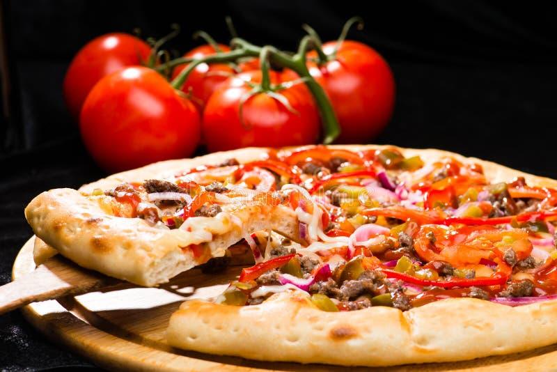 Εκλεκτική εστίαση στο κομμάτι της ορεκτικής ιταλικής πίτσας με το κρέας, στοκ φωτογραφία με δικαίωμα ελεύθερης χρήσης