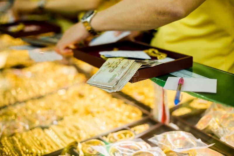 Εκλεκτική εστίαση στο τραπεζογραμμάτιο και το προσωπικό με το παλαιό κόσμημα στοκ εικόνες με δικαίωμα ελεύθερης χρήσης