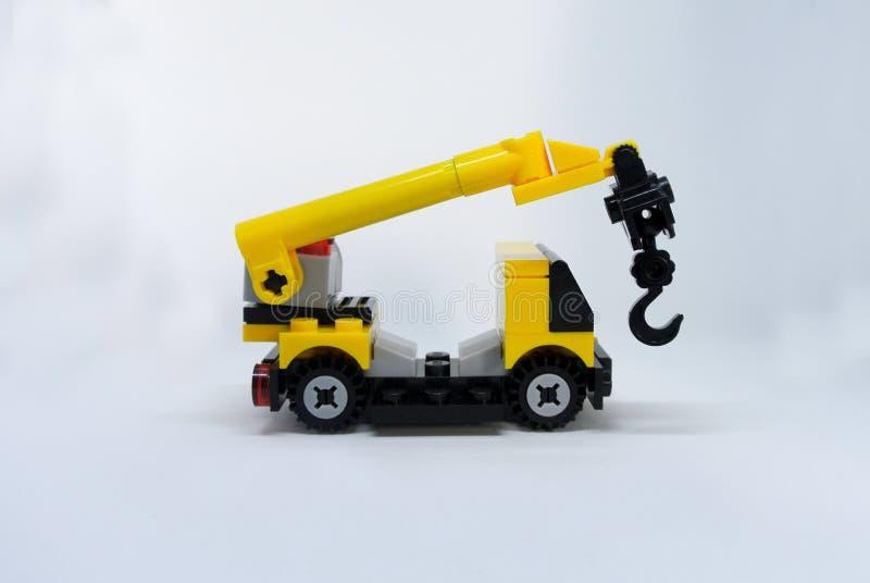 Εκλεκτική μικρογραφία της μηχανής κινητών γερανών που γίνεται από τον πλαστικό φραγμό στοκ φωτογραφίες με δικαίωμα ελεύθερης χρήσης