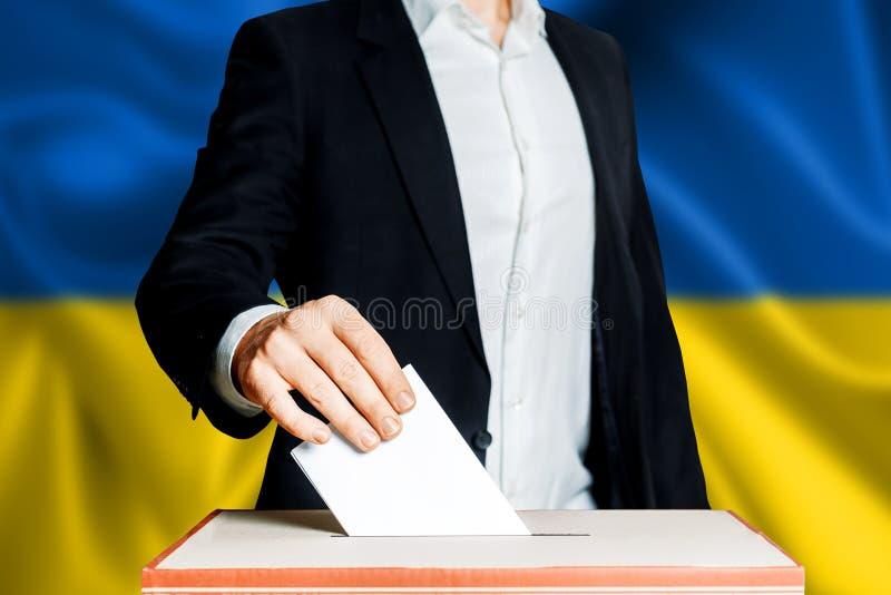 Εκλογές στην Ουκρανία, πολιτική προσπάθεια Έννοια δημοκρατίας, ελευθερίας και ανεξαρτησίας Ψηφοφόρος πολιτών που υποβάλλει την ψή στοκ φωτογραφία