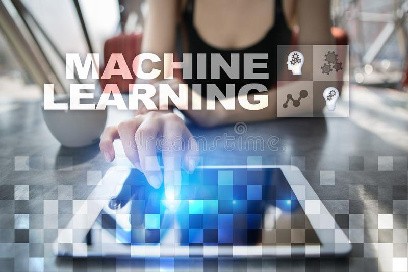 Εκμάθηση μηχανών Κείμενο και εικονίδια στην εικονική οθόνη Επιχείρηση, Διαδίκτυο και έννοια τεχνολογίας στοκ εικόνες με δικαίωμα ελεύθερης χρήσης