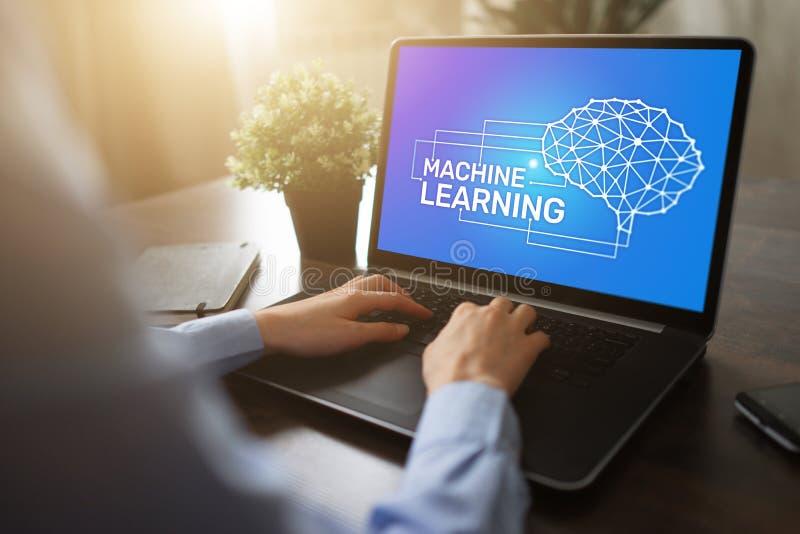Εκμάθηση μηχανών, τεχνητή νοημοσύνη και έξυπνη έννοια τεχνολογίας στην οθόνη συσκευών στοκ φωτογραφία