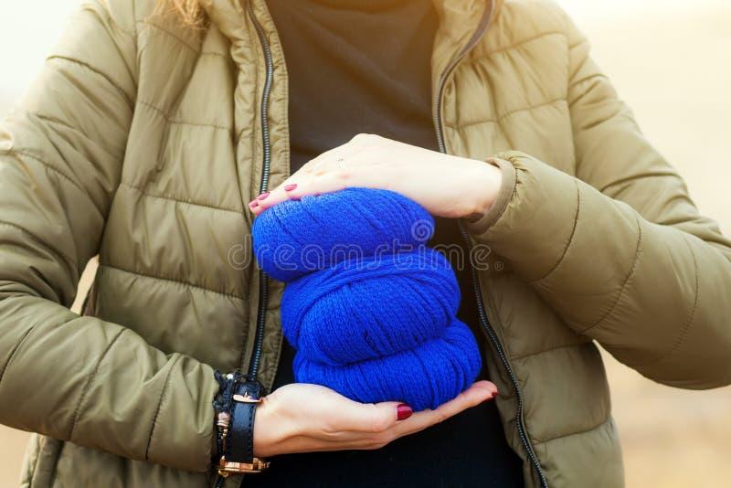 Εκμετάλλευση γυναικών στη σύγχυση χεριών της στοκ φωτογραφίες με δικαίωμα ελεύθερης χρήσης