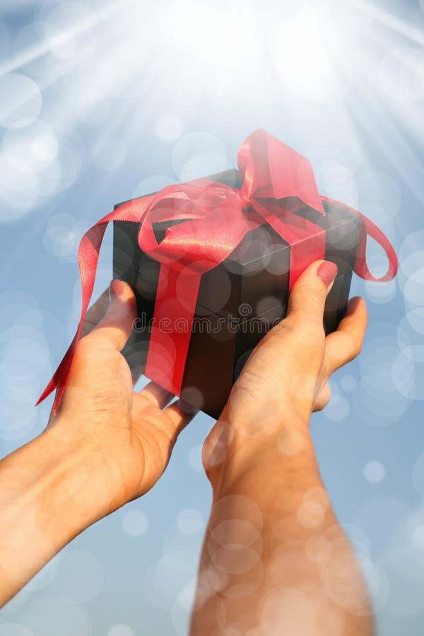 Εκμετάλλευση γυναικών giftbox στοκ εικόνες