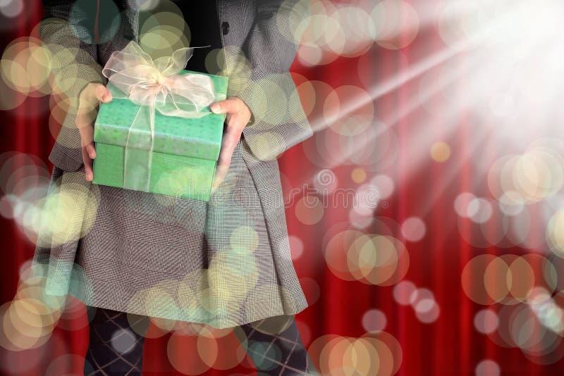 Εκμετάλλευση γυναικών giftbox στοκ φωτογραφία με δικαίωμα ελεύθερης χρήσης