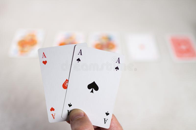 Εκμετάλλευση δύο χεριών άσσοι μπροστά από άλλες κάρτες στοκ εικόνες