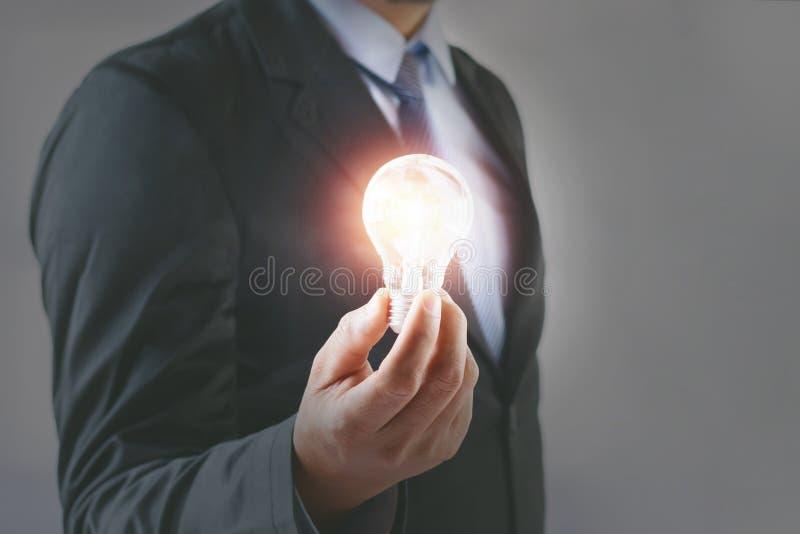 Εκμετάλλευση επιχειρηματιών έννοιας lightbulb Έμπνευση ιδέας στοκ φωτογραφίες