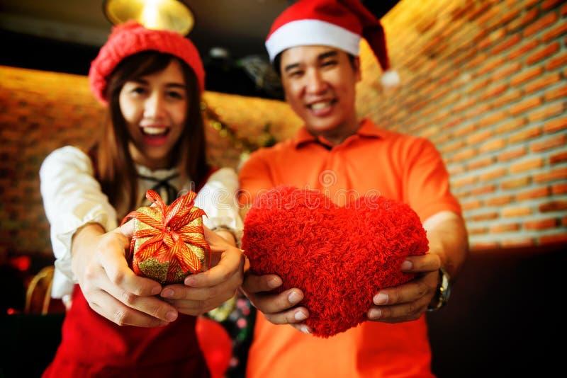 Εκμετάλλευση ζεύγους και δόσιμο του δώρου Χριστουγέννων στοκ εικόνα