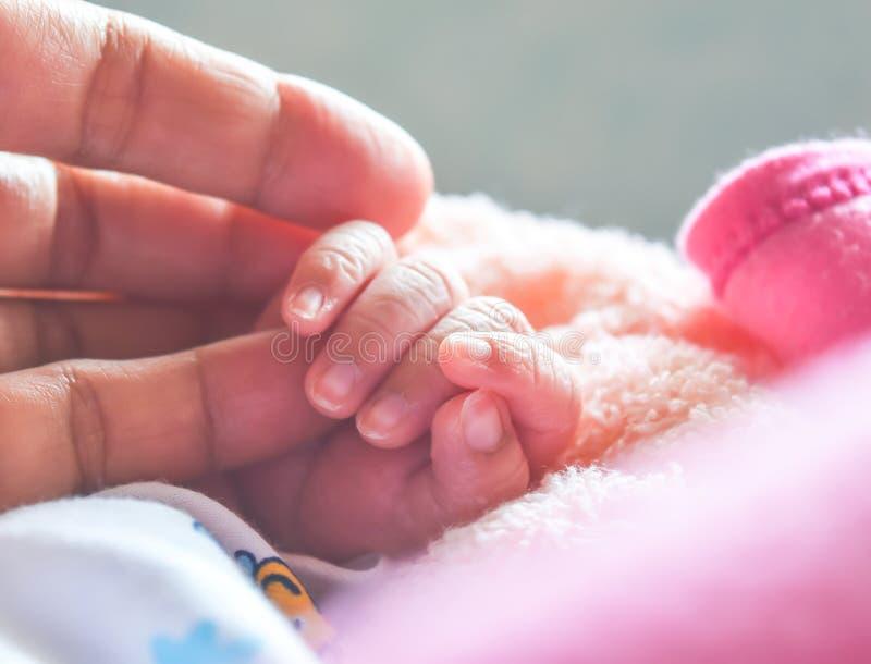 Εκμετάλλευση χεριών μωρών mother& x27 χέρι του s στην πρώτη φορά μετά από τη γέννηση που είναι καλή στιγμή της οικογένειας στοκ εικόνα