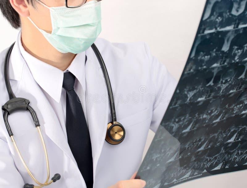 Εκμετάλλευση γιατρών κινηματογραφήσεων σε πρώτο πλάνο και έλεγχος της ακτίνας X στοκ φωτογραφία με δικαίωμα ελεύθερης χρήσης