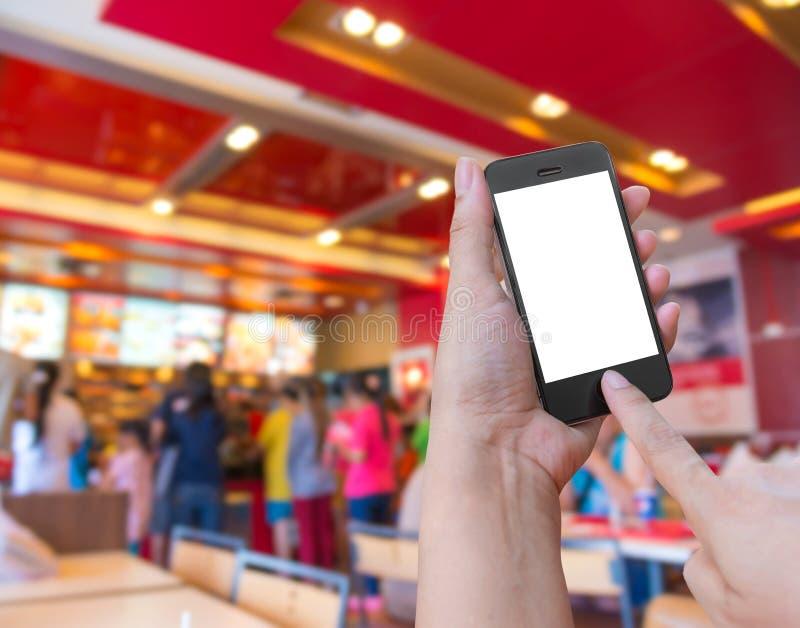 Εκμετάλλευση και αφή χεριών στο smartphone κινητό με τα τρόφιμα διαταγής onl στοκ φωτογραφίες με δικαίωμα ελεύθερης χρήσης
