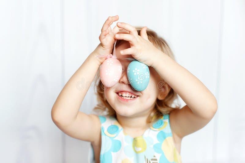 εκμετάλλευση κοριτσιών αυγών Πάσχας στοκ εικόνες με δικαίωμα ελεύθερης χρήσης