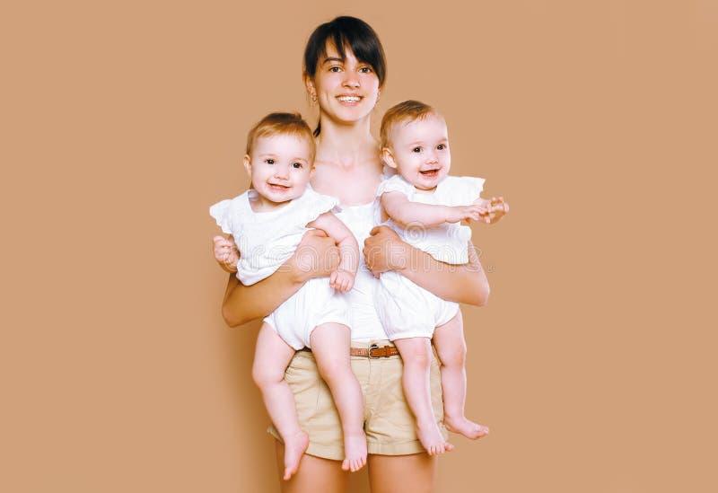 Εκμετάλλευση μητέρων στο μωρό διδύμων χεριών στοκ φωτογραφία με δικαίωμα ελεύθερης χρήσης