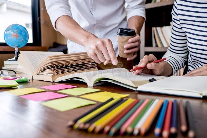 Εκπαίδευση, διδασκαλία, έννοια εκμάθησης Δύο συνεδρίαση ομάδας σπουδαστών ή συμμαθητών γυμνασίου στη βιβλιοθήκη με να κάνει φίλων στοκ φωτογραφίες