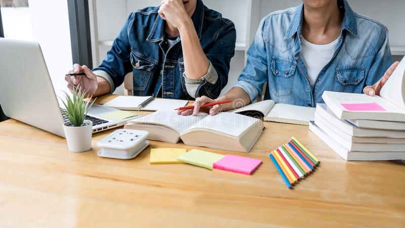 Εκπαίδευση, διδασκαλία, εκμάθηση, τεχνολογία και έννοια ανθρώπων Δύο σπουδαστές ή συμμαθητές γυμνασίου με το φίλο βοηθειών στοκ εικόνες