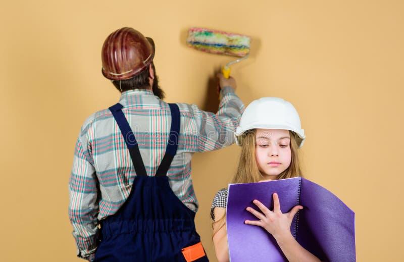 Εκπαίδευση εφαρμοσμένης μηχανικής βοηθός εργατών οικοδομών Πατρότητα άτομο με το μικρό κορίτσι r Βιομηχανία Εργαλεία για στοκ εικόνες