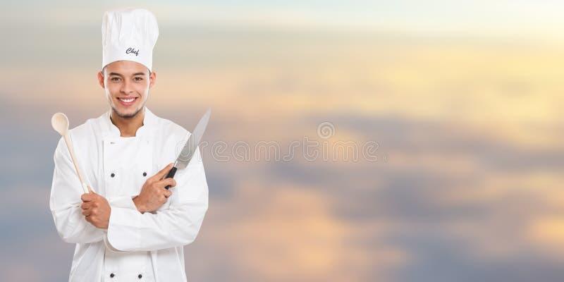 Εκπαίδευση μαγειρέματος μαγείρων που το αρσενικό διάστημα αντιγράφων εμβλημάτων εργασίας νεαρών άνδρων copyspace στοκ εικόνα με δικαίωμα ελεύθερης χρήσης