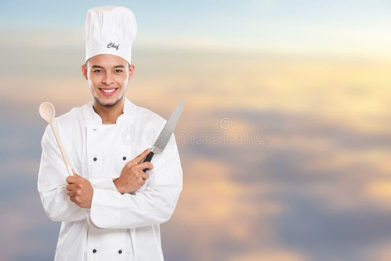 Εκπαίδευση μαγειρέματος μαγείρων που το αρσενικό διάστημα αντιγράφων εργασίας νεαρών άνδρων copyspace στοκ εικόνες