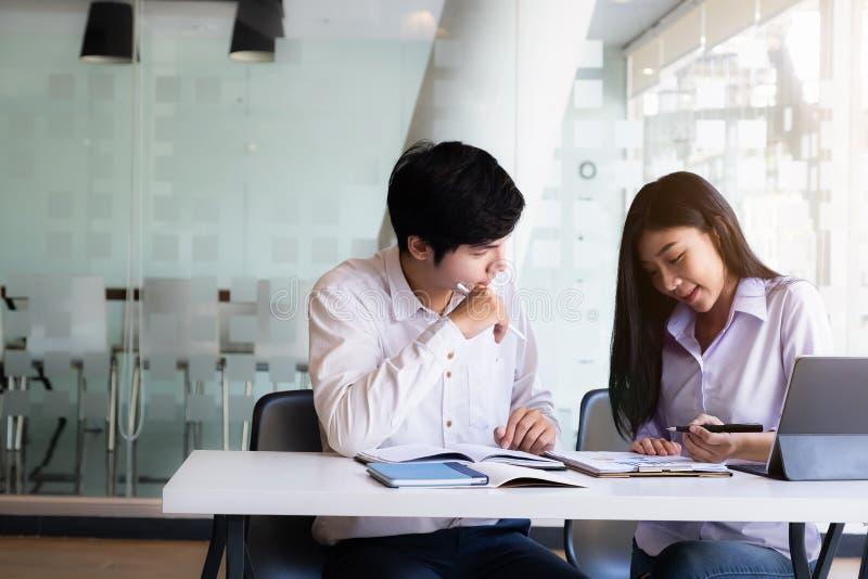 Εκπαίδευση νέων φοιτητών για επιχειρήσεις Εκπαίδευση και σχολική έννοια στοκ φωτογραφία με δικαίωμα ελεύθερης χρήσης