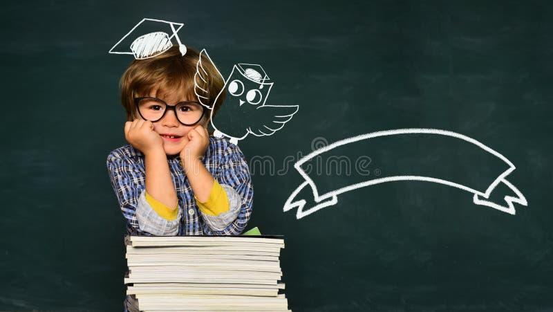 Εκπαίδευση παιδιών Τα παιδιά παίρνουν έτοιμα για το σχολείο E r Διάστημα αντιγράφων πινάκων r στοκ εικόνα με δικαίωμα ελεύθερης χρήσης