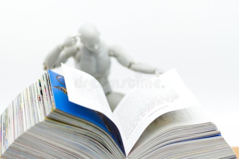 Εκπαίδευση: Πρότυπο βιβλίο ανάγνωσης ρομπότ Χρήση εικόνας για τη νέα τεχνολογία που μαθαίνει, έννοια εκπαίδευσης στοκ φωτογραφία με δικαίωμα ελεύθερης χρήσης