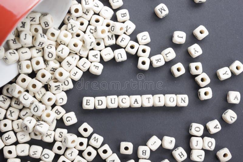 Εκπαίδευση λέξης στους ξύλινους κύβους ή τους φραγμούς - εκπαιδευτικό υπόβαθρο Ξύλινο ABC στοκ εικόνες