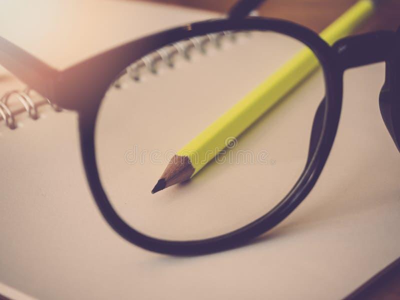 Εκπαίδευση και έννοια γραφείων Σημειωματάριο και eyeglasses μολυβιών στοκ φωτογραφίες με δικαίωμα ελεύθερης χρήσης