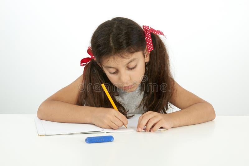 Εκπαίδευση και σχολική έννοια Γράψιμο μικρών κοριτσιών στοκ φωτογραφία με δικαίωμα ελεύθερης χρήσης