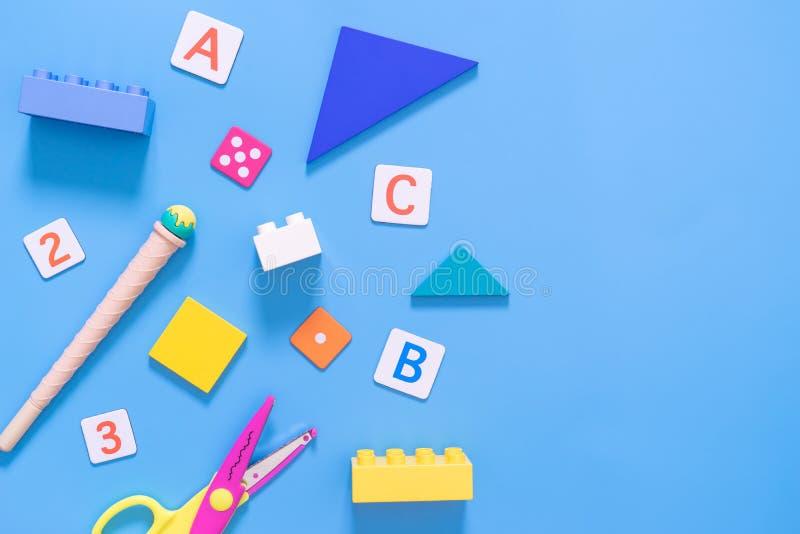 Εκπαιδευτικό παιχνίδι παιδιών και στάσιμος για το σχολείο στοκ εικόνες