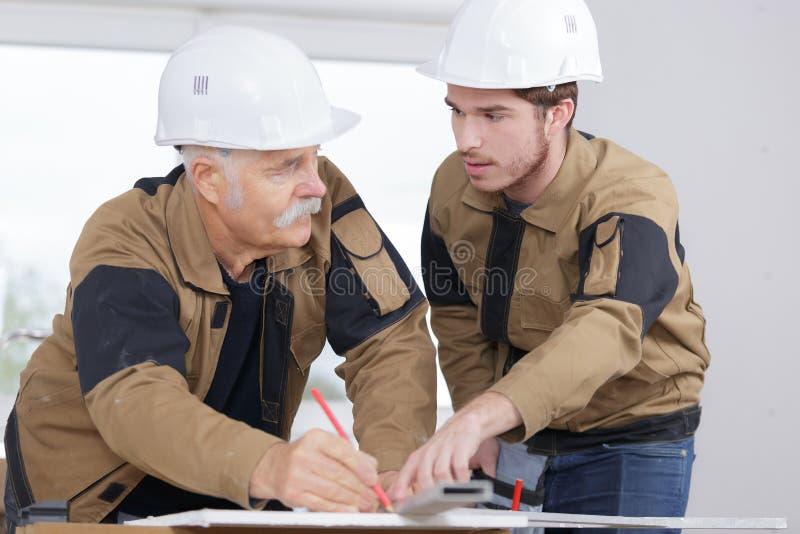 Εκπαιδευόμενος ξυλουργός με το σύμβουλο στοκ φωτογραφία