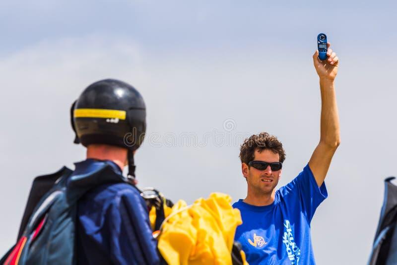 Εκπαιδευτικός που ελέγχει τον αέρα στοκ εικόνες με δικαίωμα ελεύθερης χρήσης