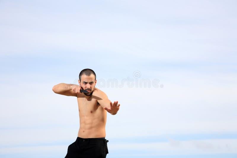 Εκπαιδευτικός πολεμικών τεχνών με το μαχαίρι στοκ εικόνες