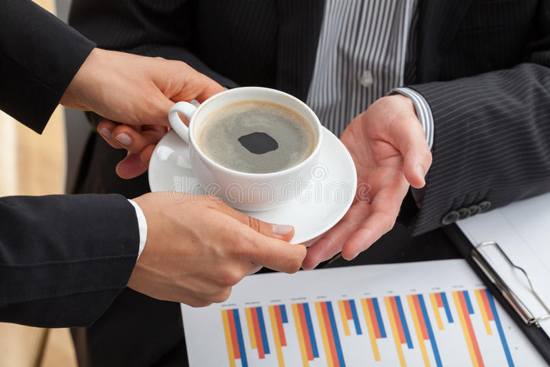 Εκπαιδευόμενος με το φλιτζάνι του καφέ στοκ φωτογραφίες