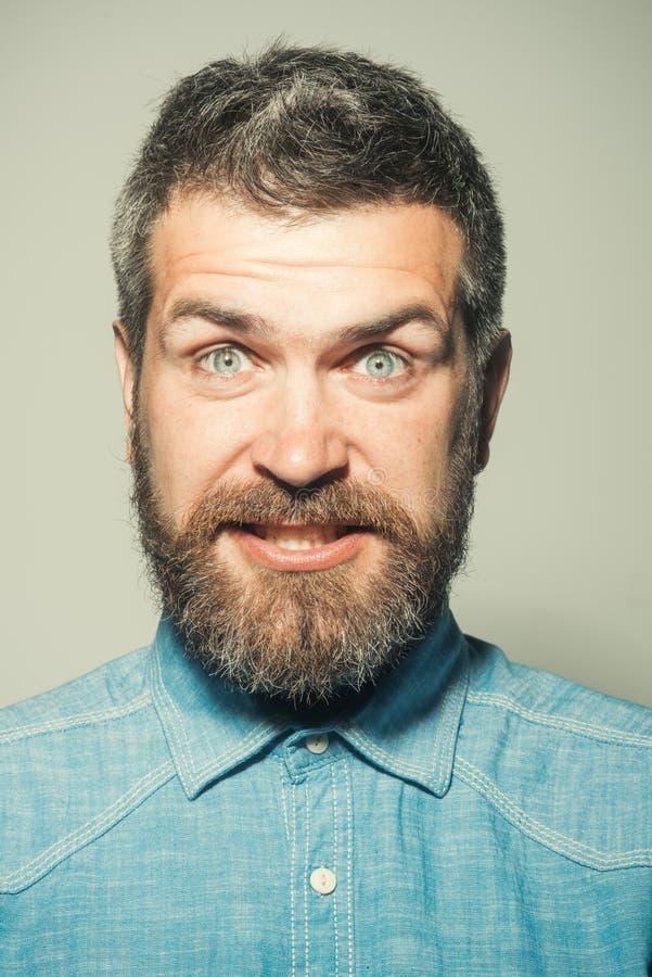 εκπλήξτε τι Το γενειοφόρο άτομο με έκπληκτος κοιτάζει Άτομο της μόδας hipster άτομο με τη γενειάδα και mustache μόδα γενειάδων στοκ φωτογραφίες