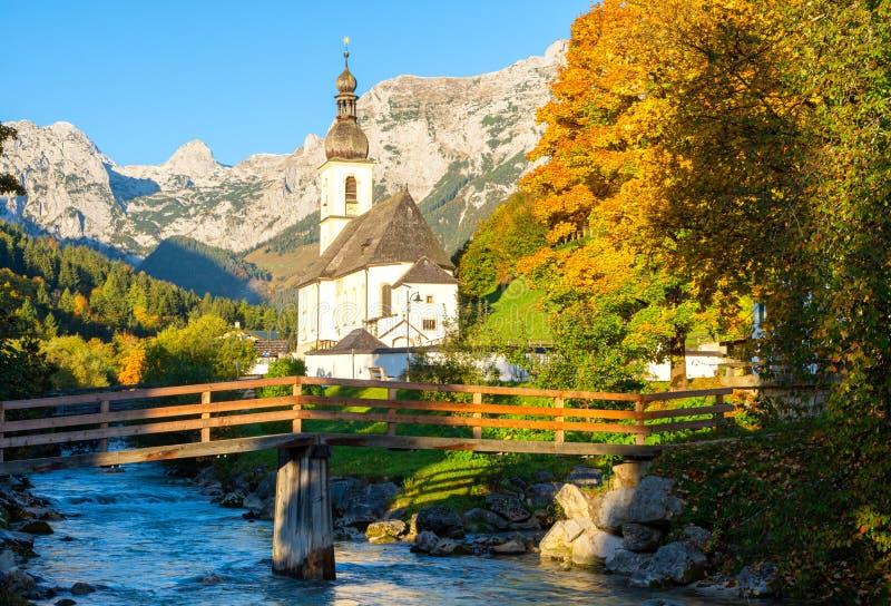 Εκπληκτική θέα της εκκλησίας του Αγίου Σεμπαστιάν στο Ραμσάου, στο Μπέρτστεσγκάντεν, στις Βαυαρικές Άλπεις, Γερμανία στοκ φωτογραφίες