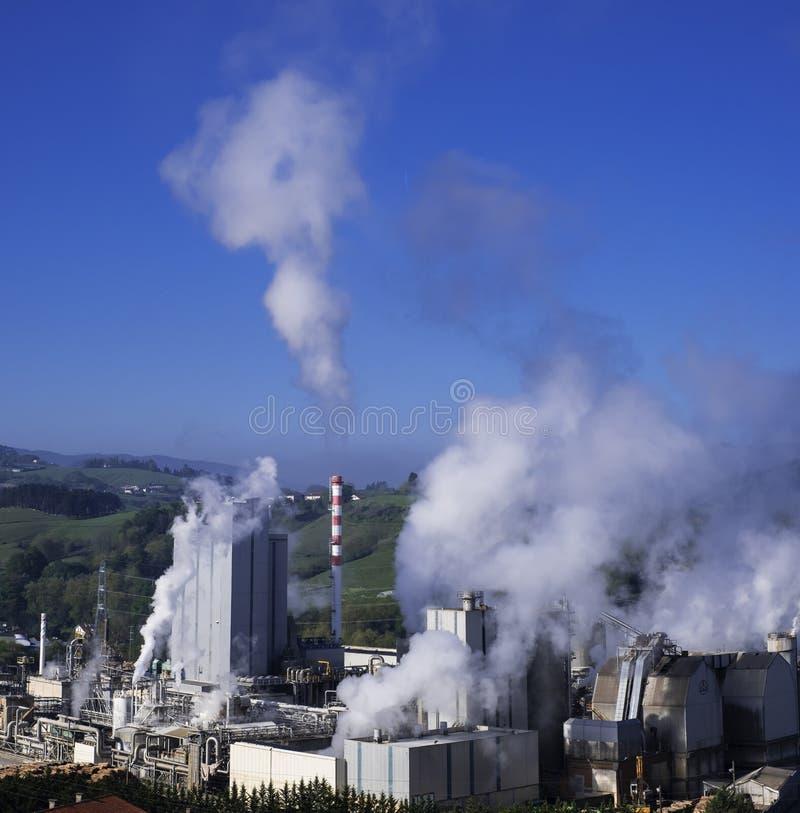 Εκπομπές, καπνοδόχοι με τις τοξικές εκπομπές στοκ εικόνα με δικαίωμα ελεύθερης χρήσης