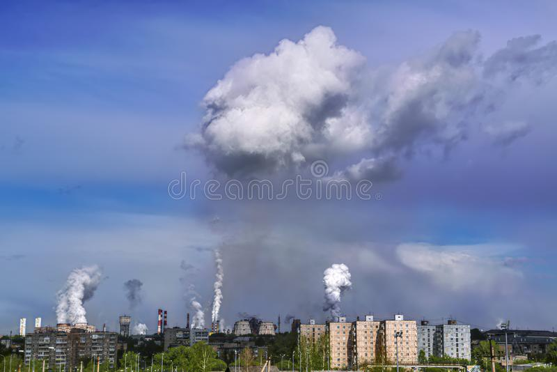 Εκπομπές στην ατμόσφαιρα των μεταλλουργικών εγκαταστάσεων Μόλυνση του περιβάλλοντος από μεταλλουργικές εγκαταστάσεις στοκ εικόνα