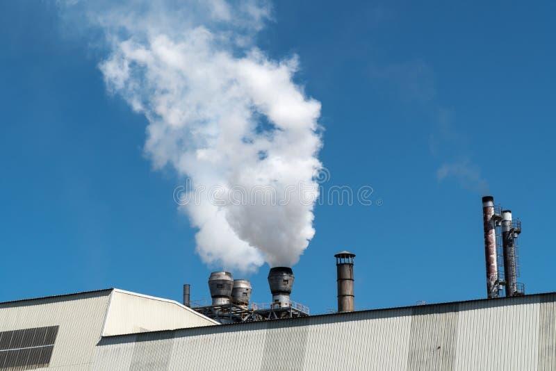 Εκπομπή καπνού από τους σωλήνες εργοστασίων στοκ φωτογραφία με δικαίωμα ελεύθερης χρήσης