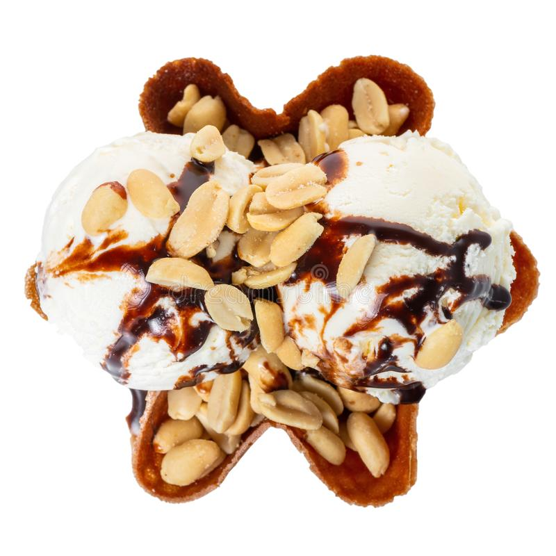 εκσκάπτει διακοσμημένα κάλυμμα και τα καρύδια σοκολάτας βανίλιας το παγωτό στο κύπελλο κώνων βαφλών που απομονώνεται στο άσπρο υπ στοκ εικόνα