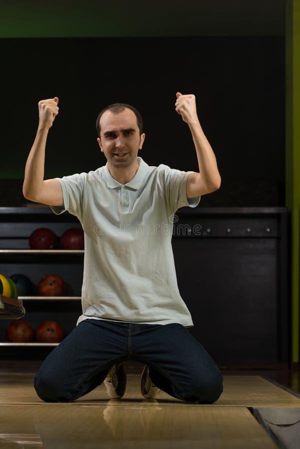 Εκστατικά άτομα μπόουλινγκ με τα αυξημένα χέρια στοκ εικόνα