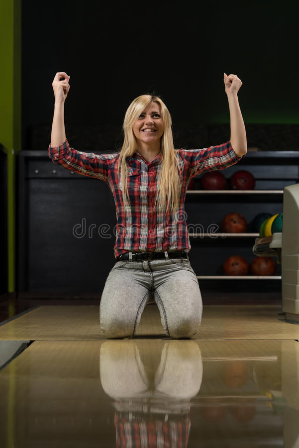 Εκστατικές γυναίκες μπόουλινγκ με τα αυξημένα χέρια στοκ εικόνες