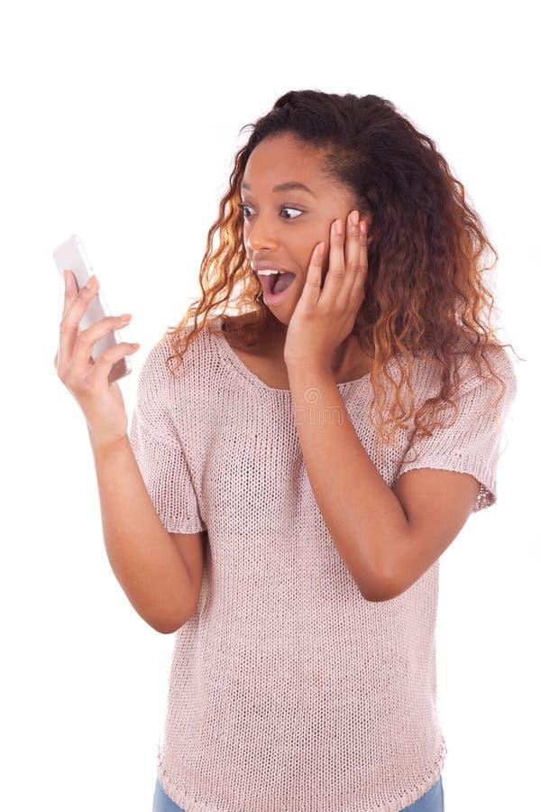 Εκστατική νέα γυναίκα αφροαμερικάνων που κάνει ένα τηλεφώνημα σε την στοκ φωτογραφία με δικαίωμα ελεύθερης χρήσης