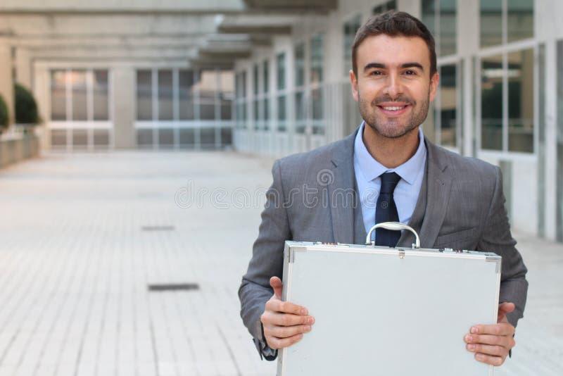 Εκστατικός επιχειρηματίας που κρατά έναν χαρτοφύλακα στοκ εικόνα