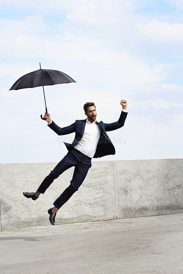 Εκστατικός πηδώντας επιχειρηματίας στοκ εικόνα