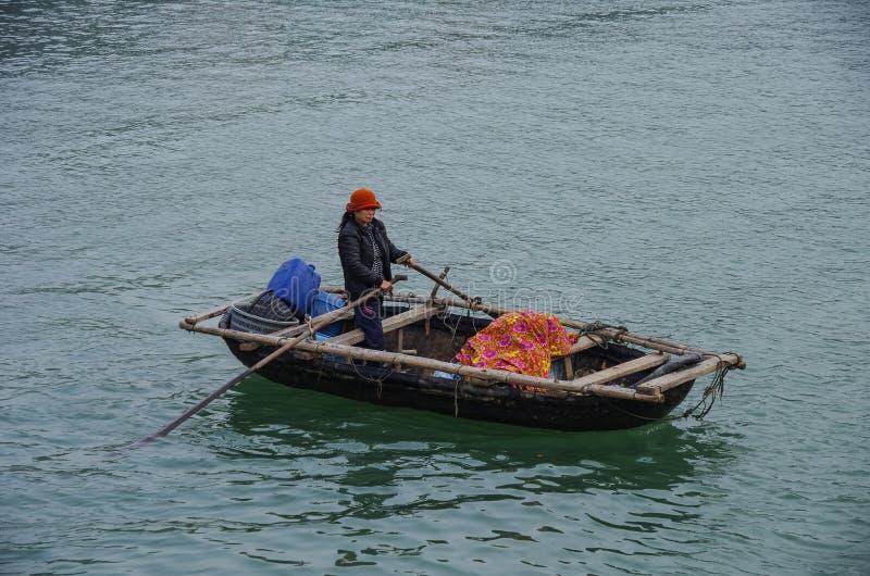Εκτάριο-μακρύς κόλπος, Βιετνάμ, στις 3 Ιανουαρίου 2015: Whoman στο αλιευτικό σκάφος ι στοκ φωτογραφία με δικαίωμα ελεύθερης χρήσης
