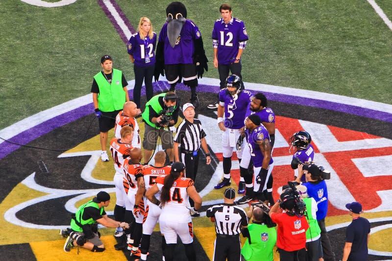 Εκτίναξη νομισμάτων ποδοσφαίρου νύχτας Δευτέρας NFL στοκ φωτογραφία με δικαίωμα ελεύθερης χρήσης