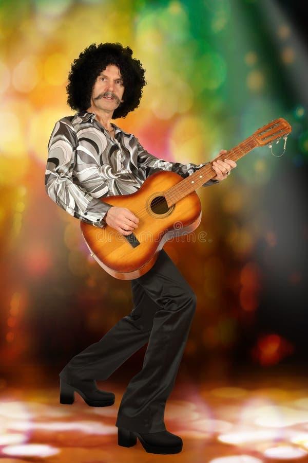 Εκτελεστής με την κιθάρα στο ύφος disco στοκ εικόνες με δικαίωμα ελεύθερης χρήσης